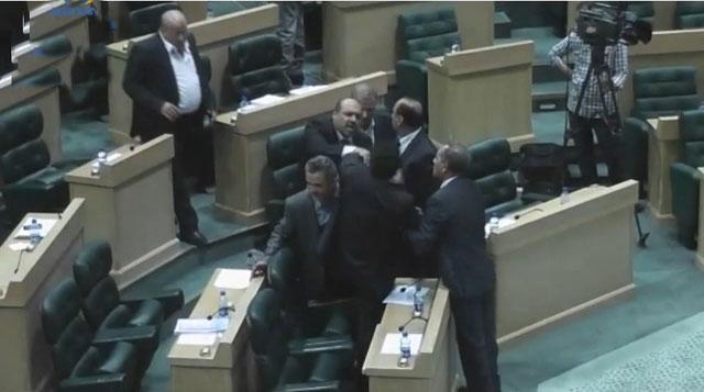 عراك بالأحذية والأحزمة في البرلمان الأردني يرفع الجلسة