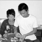 صورة التلميذ الصيني يان مينغكيانغ الذي يركض 30 كم يوميا وهو يعطي والدته مساجا ليديها