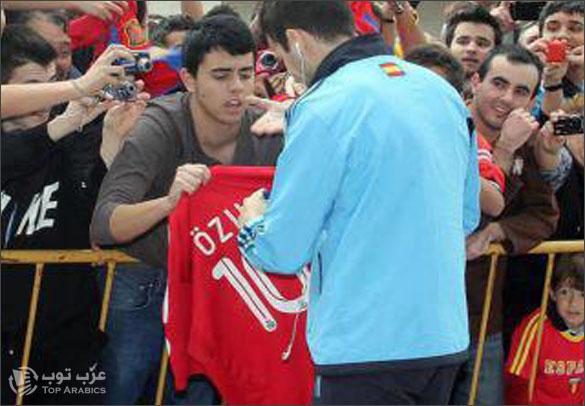 مشجع مدريدي يطلب من فابريغاس التوقيع على قميص الريال الذي يحمل رقم 10