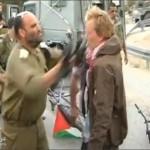 ضابط اسرائيلي يعتدي على ناشط دنماركي بالضرب على وجهه بالسلاح