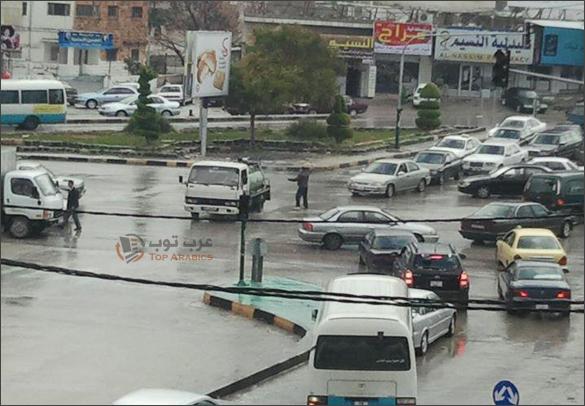 صورة شباب ينظمون السير في اربد بعد تعطل الاشارة