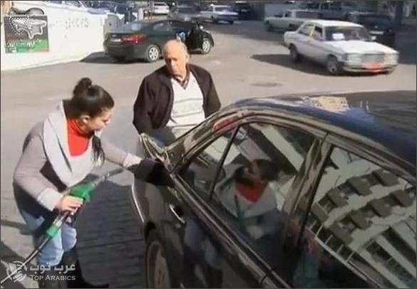 فتيات لبنانيات يعملن في محطة وقود