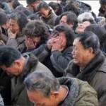 صورة مواطنين كوريين شماليين يبكون على وفاة زعيم كوريا الشمالية الراحل كيم جونغ ايل !