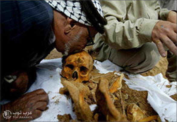 اب فلسطيني يقبل رفات ابنه الميت من 35 عام