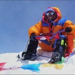 النيبالي شربا أبا شربا يجلس على قمة إفرست بعد أن تسلقها للمرة العشرين
