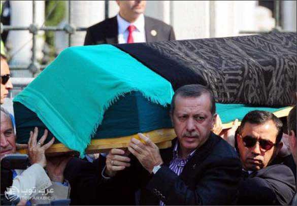 صورة رجب طيب أرودغان رئيس وزراء تركيا يقوم بتشييع جنازة والدته