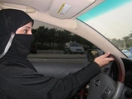 صور فتاة سعودية تقود سيارة